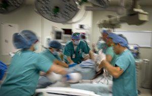 急诊医师-手术中