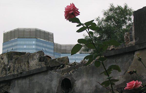 北京孟端胡同清朝果郡王府被拆除-残垣和墙外的新建大厦