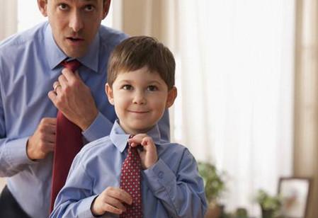 孩子模仿父母