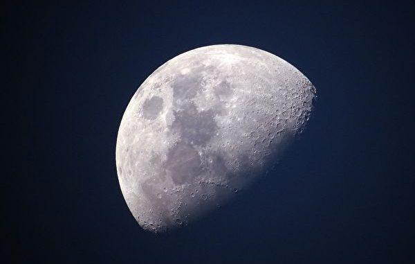 月亮是由七种珍宝合成