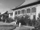 1946年,司徒雷登于北京燕京大学校园行政大楼前。(公有领域)
