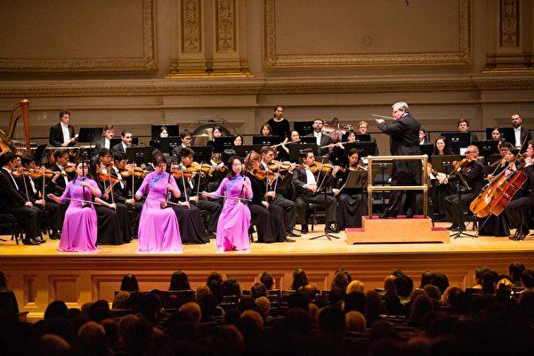 图为神韵交响乐团2017年10月在纽约卡内基音乐厅演出现场。2018演出季在美国的首场演出将于10月7日在卡内基音乐厅登场。(戴兵/大纪元)