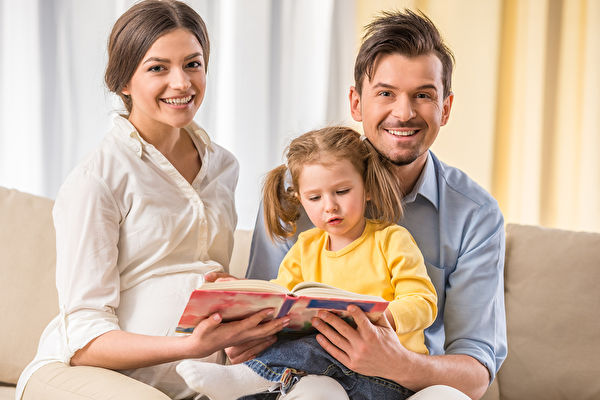"""研究显示,父母与幼儿一起阅读时,使用印刷书籍,可以就故事情节双方产生互动,开展更多亲子""""对话"""",出现更多语言表达,而这些是电子书所不能达成的。(Fotolia)"""