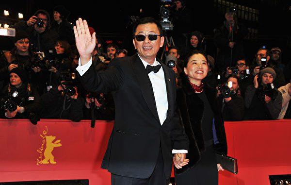 王家卫戴着招牌墨镜,携太太陈以靳出席柏林国际影展资料照。 (Pascal Le Segretain/Getty Images)