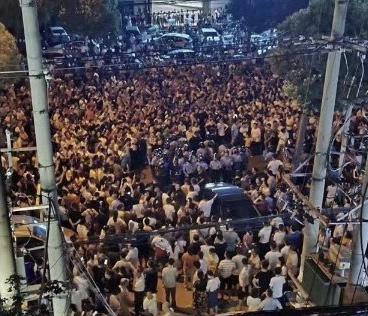武汉万人抗议