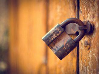 不需用门锁锁住旁人,也就不再锁住自己。(fotolia)