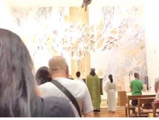 慈云山圣文德堂,以《愿荣光归香港》代替惯常用的圣诗,作为一场弥撒的礼成咏,获大量市民点赞。(视频截图)