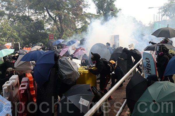 香港中文大学, 警察狂射催泪弹, 学生脸部中弹, 流血