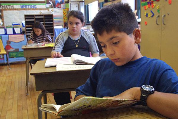 芝加哥一所小学的暑期班内,学生们在阅读书籍。(Tim Boyle/Getty Images)