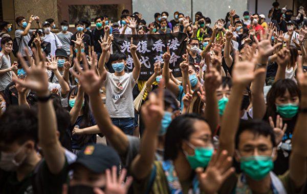 """参加7.1游行香港市民无惧国安法,做""""五大诉求 缺一不可""""手势"""