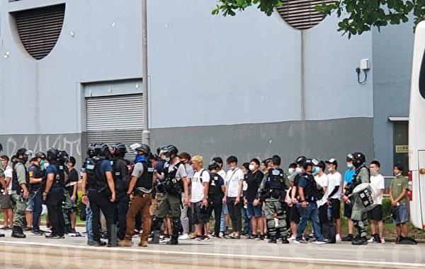 2020年7月1日,香港警方在铜锣湾维园,下午5点有大批年轻市民被捉捕,资料照