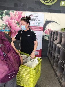 2020年7月3日,在多伦多的鸿华超市,一名30岁左右、讲普通话的女性从报架拿了一叠大纪元报纸,放进了她的菜篮。