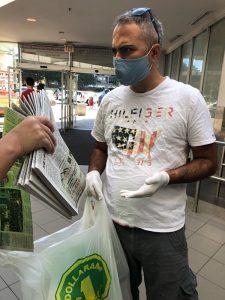 2020年7月4日,在多伦多的鼎泰超市,一名棕黑肤色的人拿了一叠大纪元报纸。
