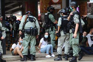 警方在鹅颈桥拘捕大量市民,被捕人士被反手绑上索带,坐在地上。
