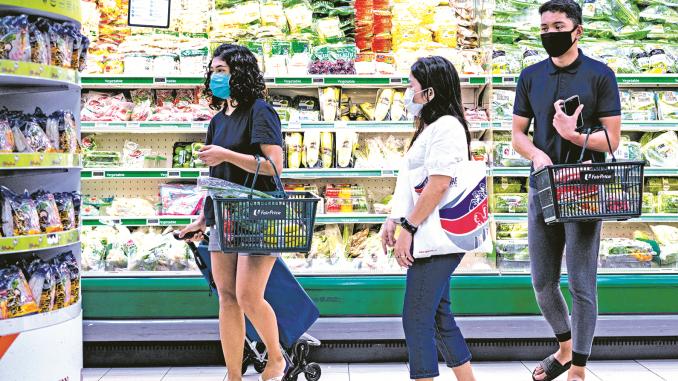 本地民众在超市购物
