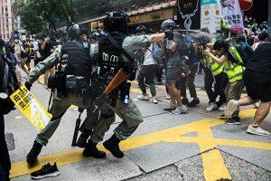 7月1日,香港防暴警向记者狂喷胡椒喷剂。