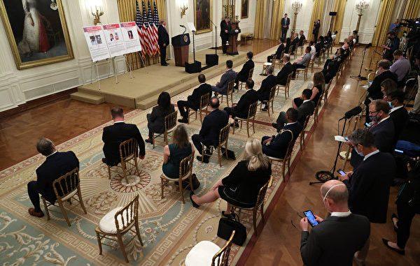 """华盛顿特区,2020年7月22日。美国总统川普(特朗普)(左)在白宫东厅听司法部长威廉‧巴尔讲述""""传奇行动:打击美国城市暴力犯罪""""。"""