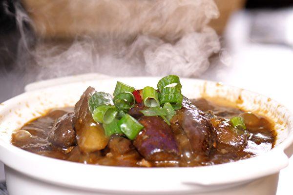 「鹹魚雞粒茄子煲」巧妙地將當地家常的鹹魚與雞腿肉、茄子同煲,用鹹魚的鹹、鮮、香帶出茄子最不尋常的美味,開胃可口,軟糯爽滑。