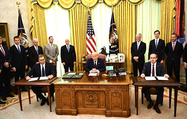 2020年9月4日,在美国总统川普(中)的斡旋下,科索沃总理霍蒂(Avdullah Hoti)(右)和塞尔维亚总统武西奇(Aleksandar Vucic)(左)于白宫椭圆形办公室签署两国经济关系正常化历史性协议。