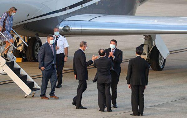 美国国务院次卿克拉奇(Keith Krach,后右)2020年9月17日搭乘专机抵台,美国在台协会(AIT)处长郦英杰(前右3)等人亲自接机,克拉奇向众人拱手致意。