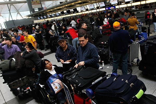 9月17日美国当地时间,一名美国公民的父亲因为是党员移民被拒绝,再用旅游签证入境美国,在机场签证被取消并被当场遣返。图为美国机场。