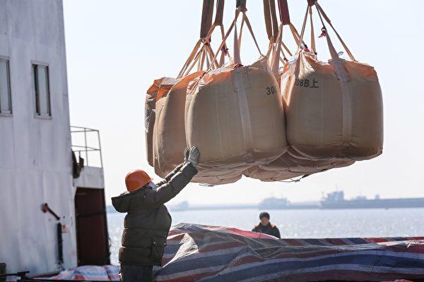 美国、印度与中共在经济领域上开战,专家认为,世界各国将为供应链重组布局。图为中国制造业活动。