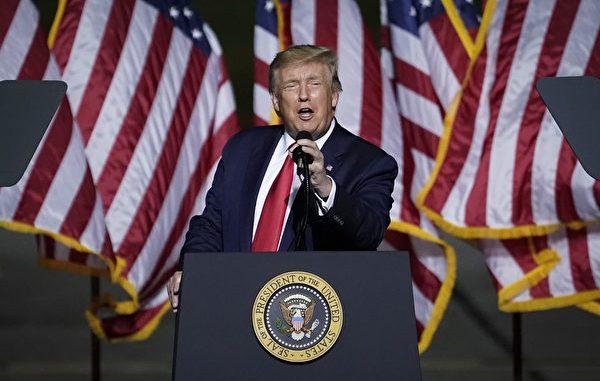周日(9月27日)下午17:00,美国总统川普(特朗普)在白宫举行新闻发布会。新唐人、大纪元将联合进行直播(中文同声翻译)。图为9月25日,川普在弗吉尼亚州纽波特纽斯竞选集会上致辞。