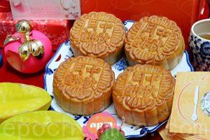 中秋节吃月饼是华人的传统习俗。