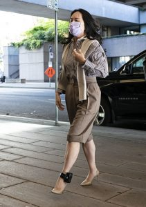 华为原首席财务长孟晚舟的引渡案周一(9月28日)再次开庭,图为孟晚舟戴着台湾产口罩出庭。