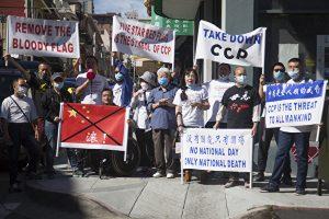 上周六(9月26日),数十名湾区民主人士,在花园角抗议中共血旗升旗。