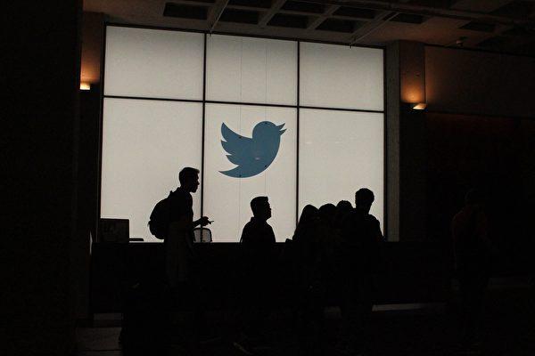 """美国社交媒体""""推特""""封杀川普账号,激起一片反对声音。"""
